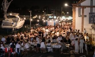 300 personas dan la bienvenida al verano con la Fiesta Solidaria Blanco y Negro en el CN Sant Feliu de Guíxols