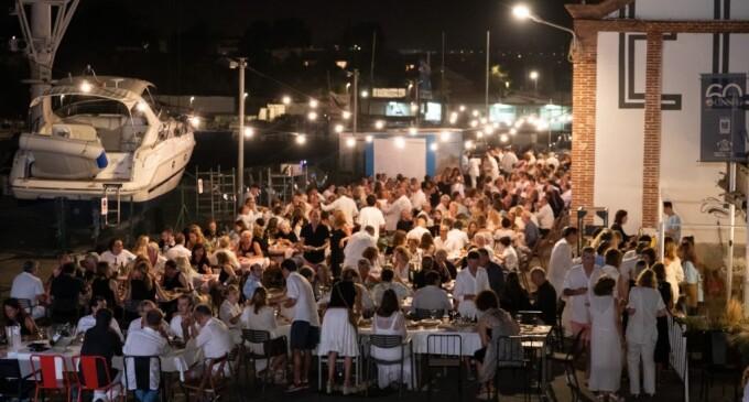 300 persones donen la benvinguda a l'estiu amb la Festa Solidària Blanc i Negre del CN Sant Feliu de Guíxols