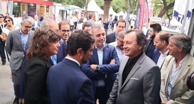 Las personalidades encargadas de la inauguración del Salón Náutico de Barcelona visitan el stand de la ACPET